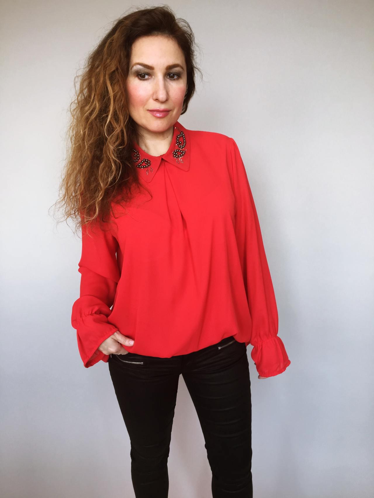 64fe1c66f4c Halenka se zdobeným límečkem červená – Simm-Fashion.cz