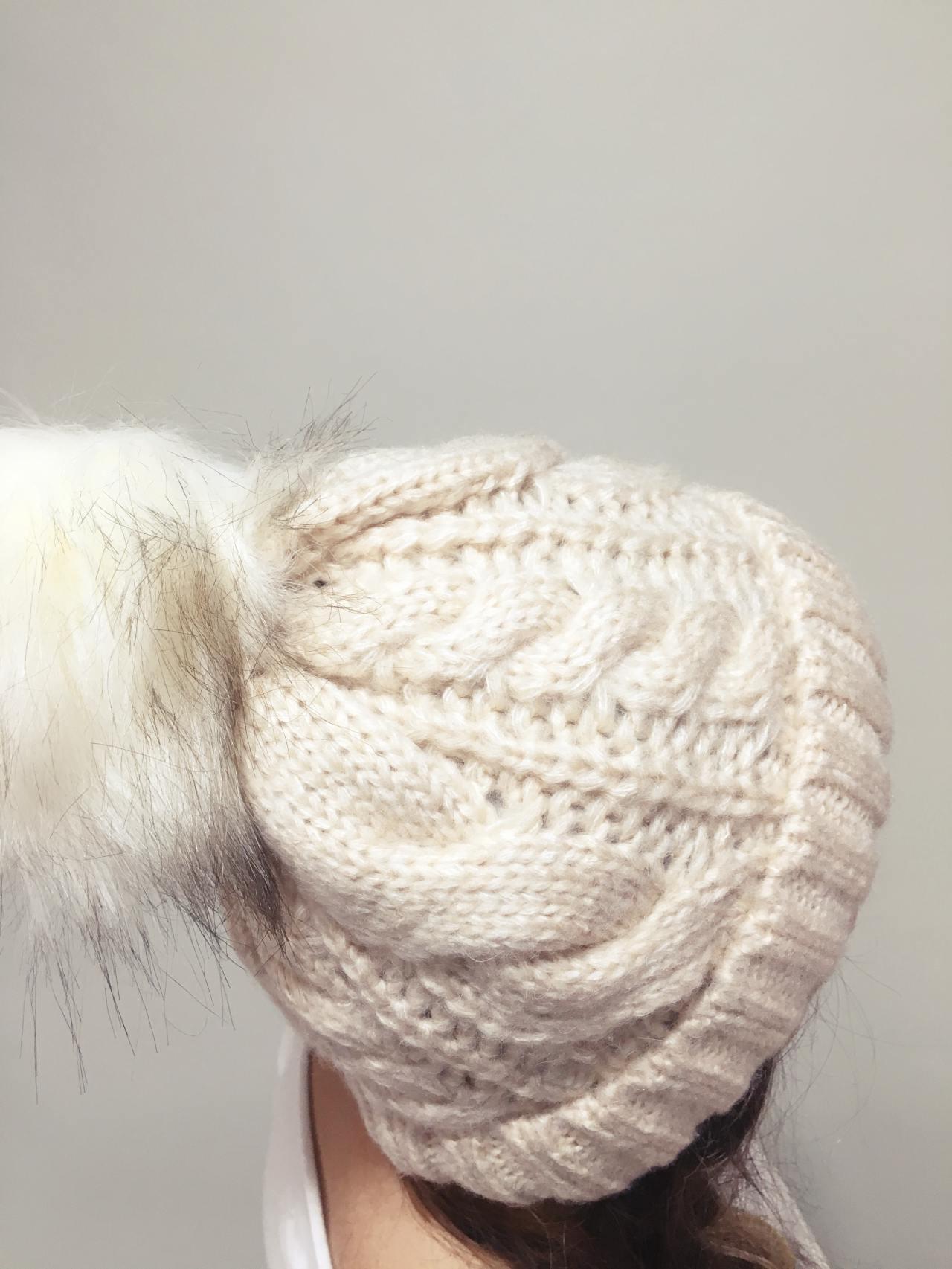 Pletená čepice s bambulí béžová 02