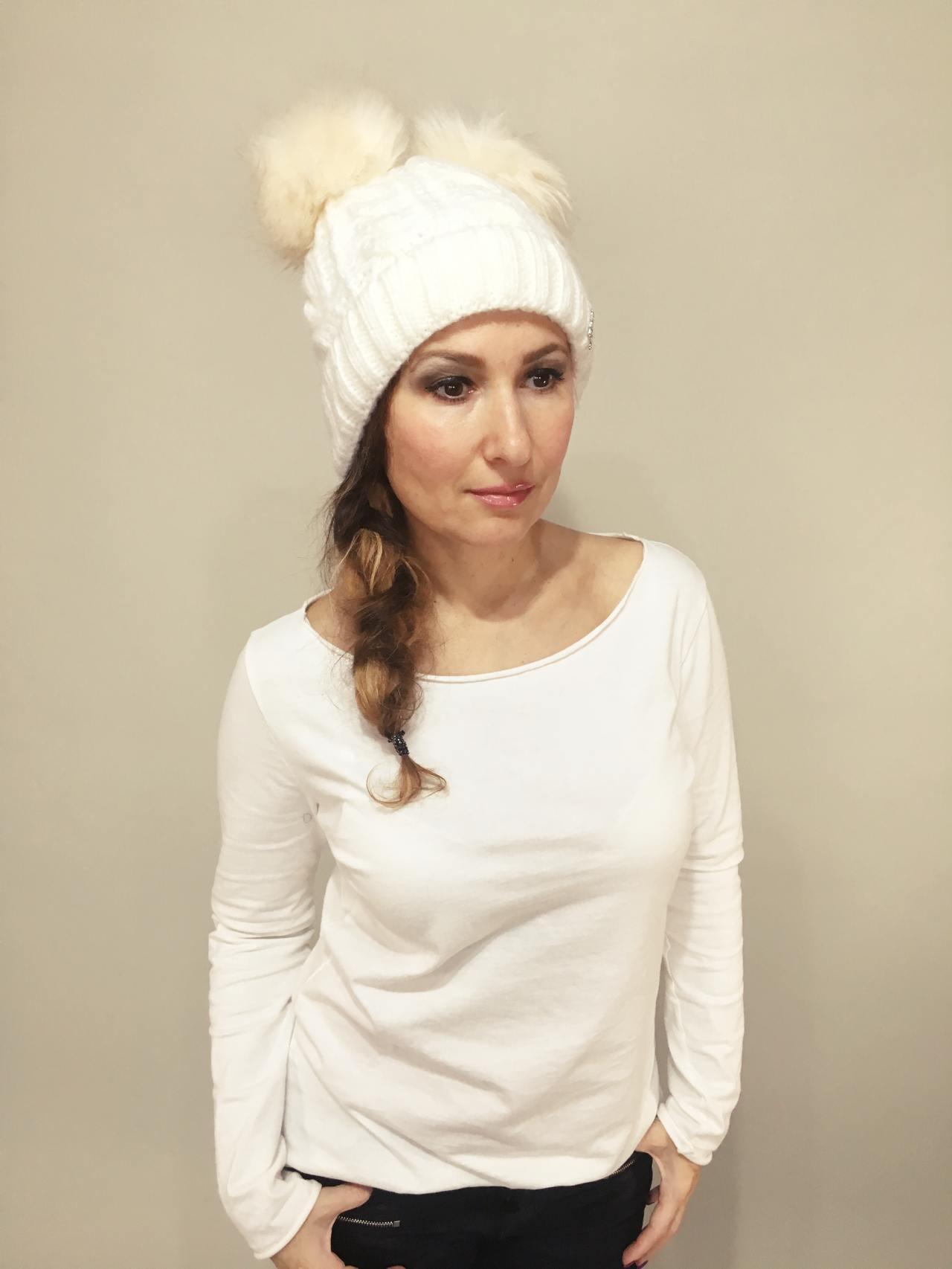 Pletená čepice s dvěma bambulemi bílá 01