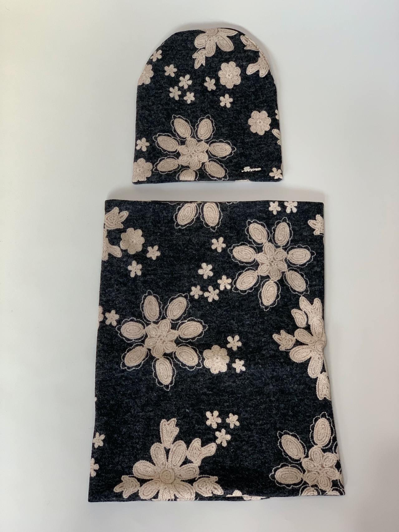 Komplet čepice a nákrčník s květy -03